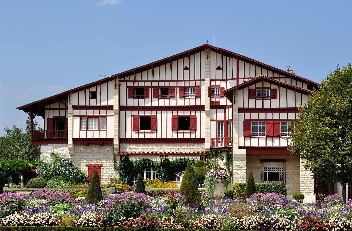 1200px-Villa_Arnaga_(Pyrénées_Atlantiques)