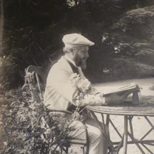 Jean Rameau sous le cèdre à sa table de lecture
