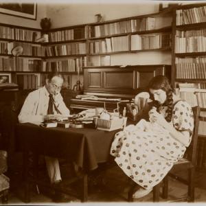 Jean-Richard Bloch devant sa bibliothèque avec sa fille Marianne - Médiathèque de Poitiers